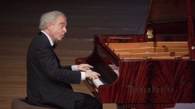 Sir András Schiff plays Beethoven